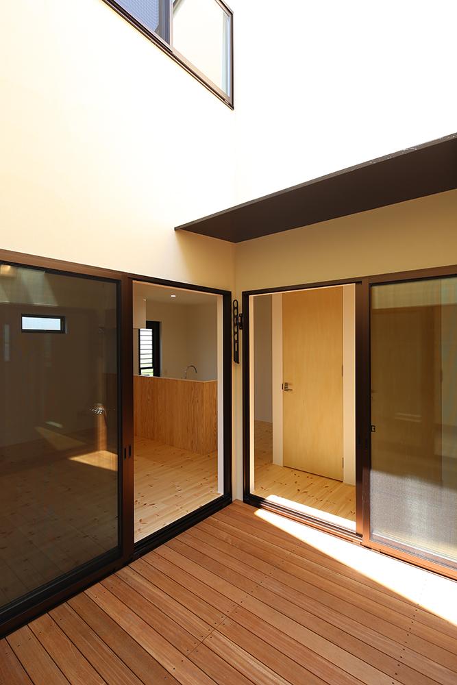 シンプルな2階建のお家10