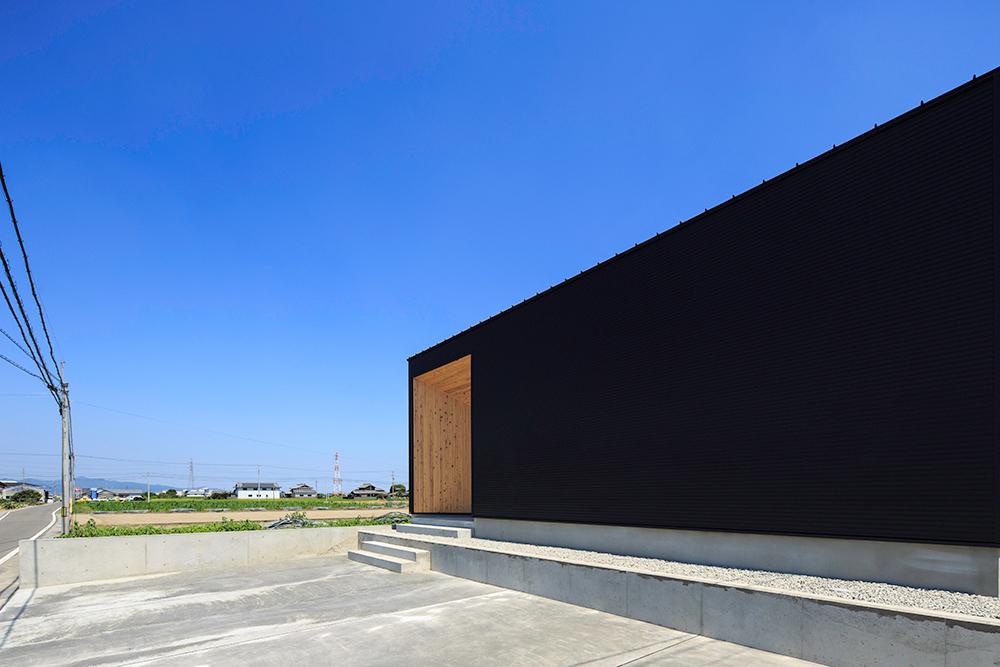 黒い平屋のお家01