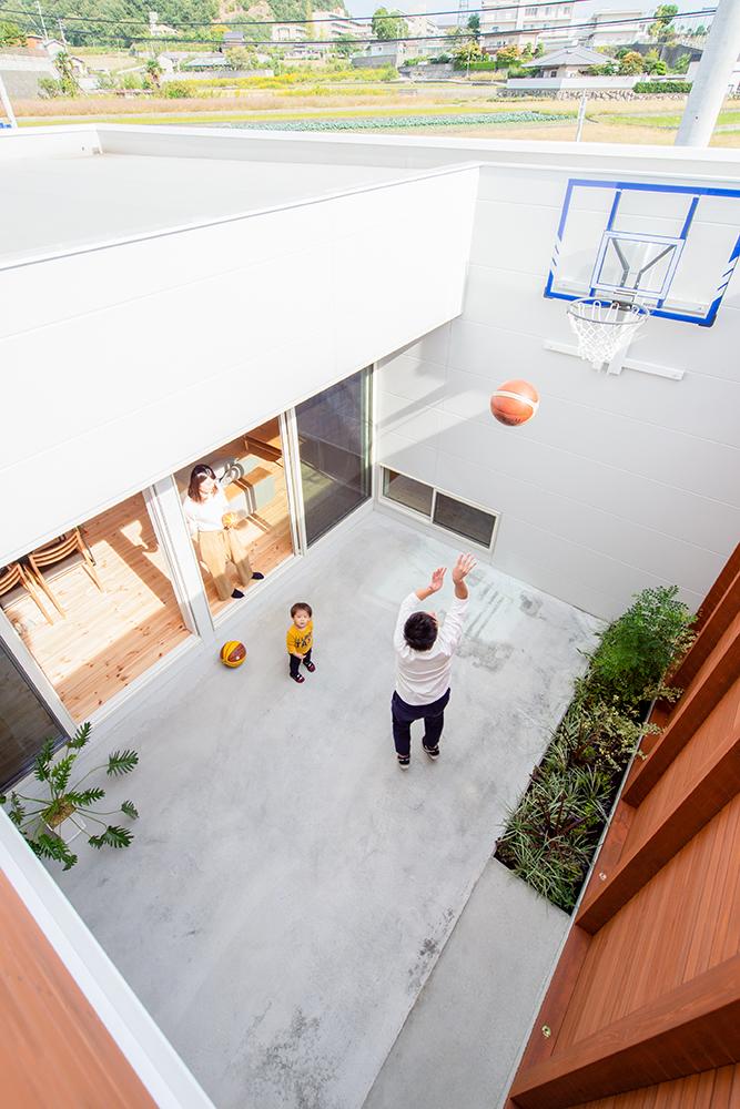 中庭でバスケットが出来るお家04