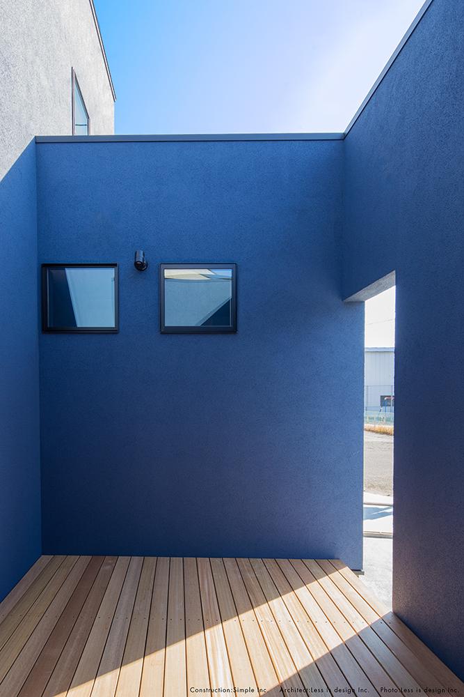 青い塗り壁のお家05