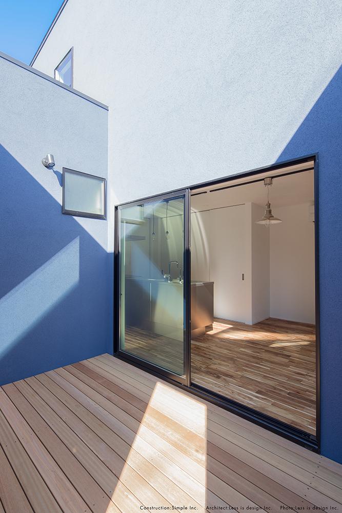 青い塗り壁のお家04