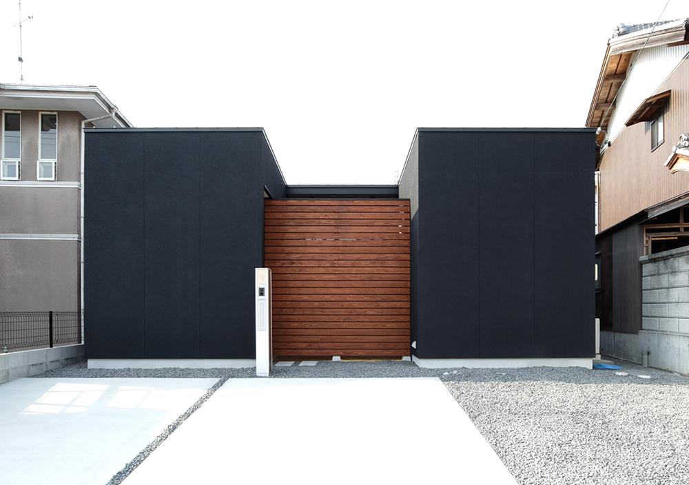 中庭のある黒い平屋のお家01
